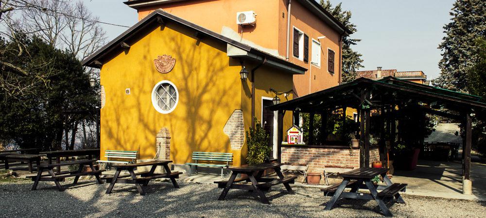 Biancospino-struttura-esterna-tavoli-in-legno